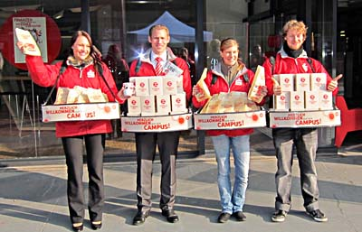 Erste Hilfe für Erstsemster: Das Sparkassen-Dream-Team beim Verteilen von Kaffeetassen und Nährstoffen.