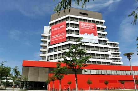 Mehrzweckhochhaus (MZH) mit Exzellenzbanner Foto: Universität Bremen