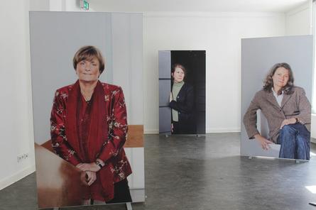 Fotografin Julia Baier hat die Professorinnen in ihrem natürlichen Umfeld der Uni aufgenommen. Die Hintergründe und Posen sind neutral gehalten.