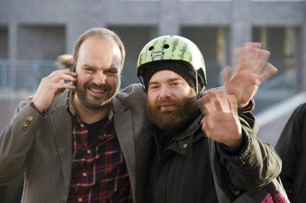 Majo Ussat, Initiator der Schnapsfabrik (links), mit einem Kreativen. Foto: H. Schwörer
