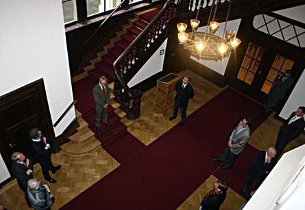 Blick vom Obergeschoss ins sanierte Treppenhaus.