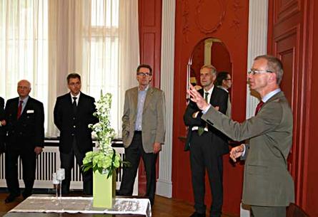 Architekt Martin Pampus (rechts) führt eine Gruppe von Besuchern durch das Trauzimmer.