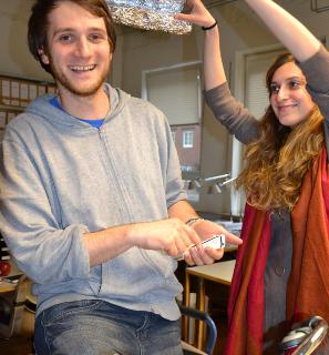 """Interdisziplinäre Teams: Michael (aus Deutschland) und Alessandra (aus Italien) haben sechs Monate gemeinsam in der """"Brennerei next generation lab"""" an spannenden Projekten gearbeitet. Foto: Brennerei"""