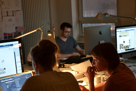 Gemeinsam mit Auftraggebern aus Wirtschaft und öffentlichen Einrichtungen erarbeiteten die Stipendiaten in der Alten Schnapsfabrik neue unternehmerische Ansätze. Foto: Brennerei