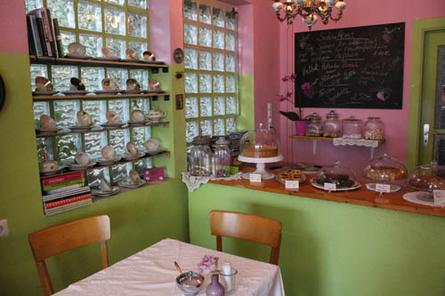 Die kleine Puppenstube von Eva Radieschen: In ihrem Café am Friedhof Buntentor gibt es leckeren, selbstgebackenen Kuchen - serviert auf Omas altem Geschirr.