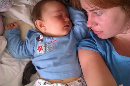 Mittagsschlaf mit dem Neugeborenen. Foto: Carolin Renn