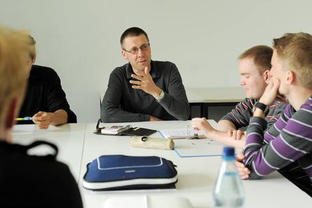"""Prof. Dr. Niko Paech lehrt """"Produktion und Umwelt"""" an der Uni Oldenburg und praktiziert konsequenten Konsumverzicht. """"Sehe ich aus wie ein Hippie?"""", fragte er einen Interviewer. Foto: Uni Oldenburg"""