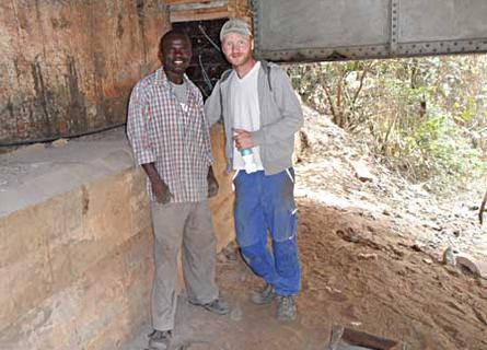 Nach sechs Monaten in Tansania kann der 27-Jährige sogar ein paar Sätze Swahili sprechen.