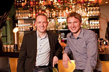 """Die Jungunternehmer Christian (links) und Torben haben das Onlineportal """"Gastrodank"""" gegründet. Damit ermöglichen sie günstige Restaurantbesuche in exklusiven Lokalitäten. Foto: Martin Peterdamm"""