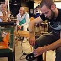 Reparieren statt wegschmeißen: Repair Cafés bringen kaputte Alltagsgegenstände wieder in Schuss