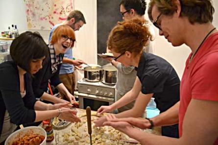 Die Zahl der Teilnehmer ist nicht begrenzt. Pro Küche finden sich jeweils acht Bremer zusammen – in Zweierteams wird der Einkauf für Vor-, Haupt- oder Nachspeise übernommen.