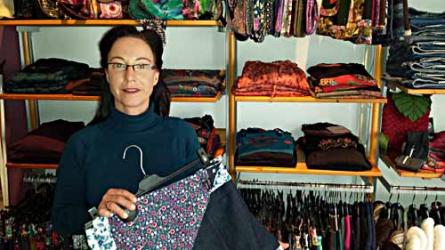 Die Bremerin Nicole Lange betrieb zunächst einen Onlinehandel, bevor sie 2012 ein Geschäft in der Neustadt eröffnete. Dort verkauft sie fair produzierte Damen-, Herren- und Kinderkleidung.