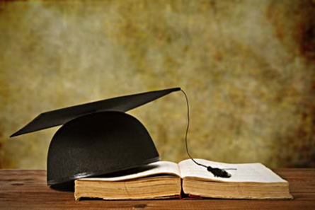 Bis der Hut aufgesetzt werden darf, müssen nicht nur akademische Herausforderungen bestanden werden, sondern oft auch finanzielle. Foto: Carballo/Fotolia