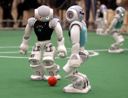 """Studentisches Projekt """"B-Human"""": Wenn Roboter Fußball spielen"""