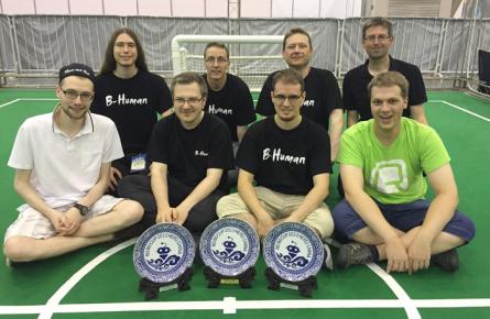 Das aktuelle Team hinter B-Human mit Jesse Richter-Klug (vorne links), Andreas Stolpmann (vorne rechts) und Teamleiter Thomas Röfer.