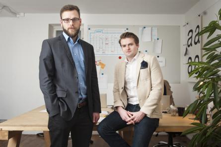 """Philipp Harsleben (l.) und Marco Klock haben einen digitalen Kanzleiassistenten entwickelt und die Jury damit in der Kategorie """"Businesspläne"""" überzeugt."""