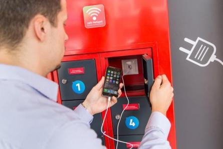 Kostenlose Smartphone-Ladestation der SWB im Arkadengang der Sögestraße.