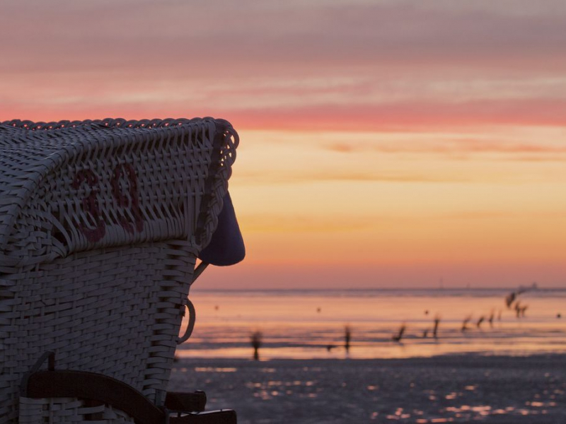 In Cuxhaven kann man nicht nur den traumhaften Strand, sondern auch einen schönen Sonnenuntergang genießen. (c) Nordseeheilbad Cuxhaven GmbH