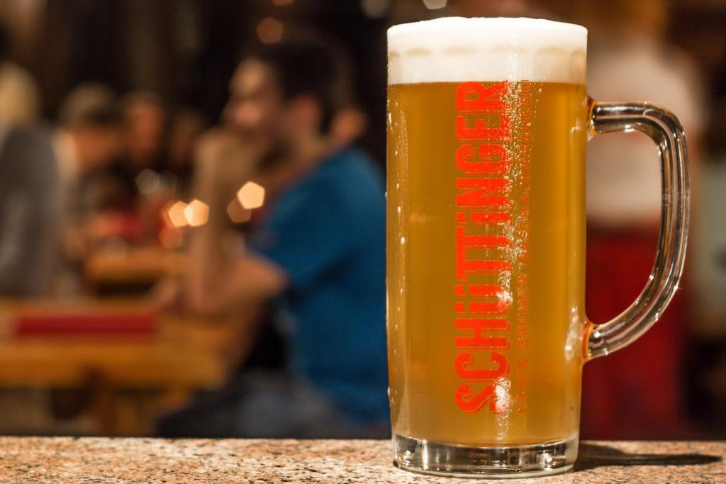 Im Schüttinger gibt es zwei untergärige Biersorten kommen hier auf den Tisch Helles und Dunkles.
