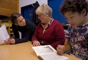 Lesezeit FAB BU - Bei dem Projekt Lesezeit geht ihr einmal die Woche in Bremer Grundschulen, um Kinder beim Lesenlernen zu unterstützen. (c) Freiwilligen-Agentur Bremen