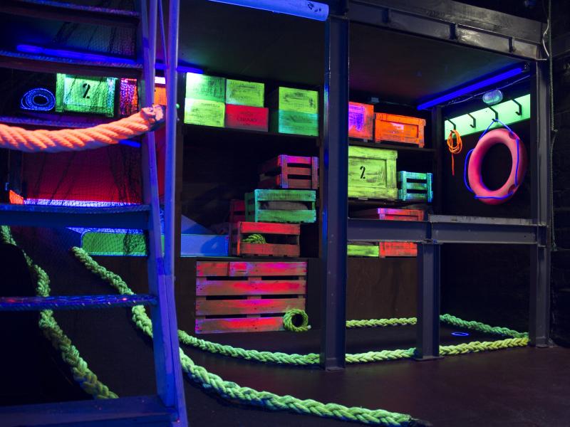 Beim Schwarzlichthof wird zwischen alten Hafengegenständen gespielt - und das alles unter Schwarzlicht. (c) Frank Schaub