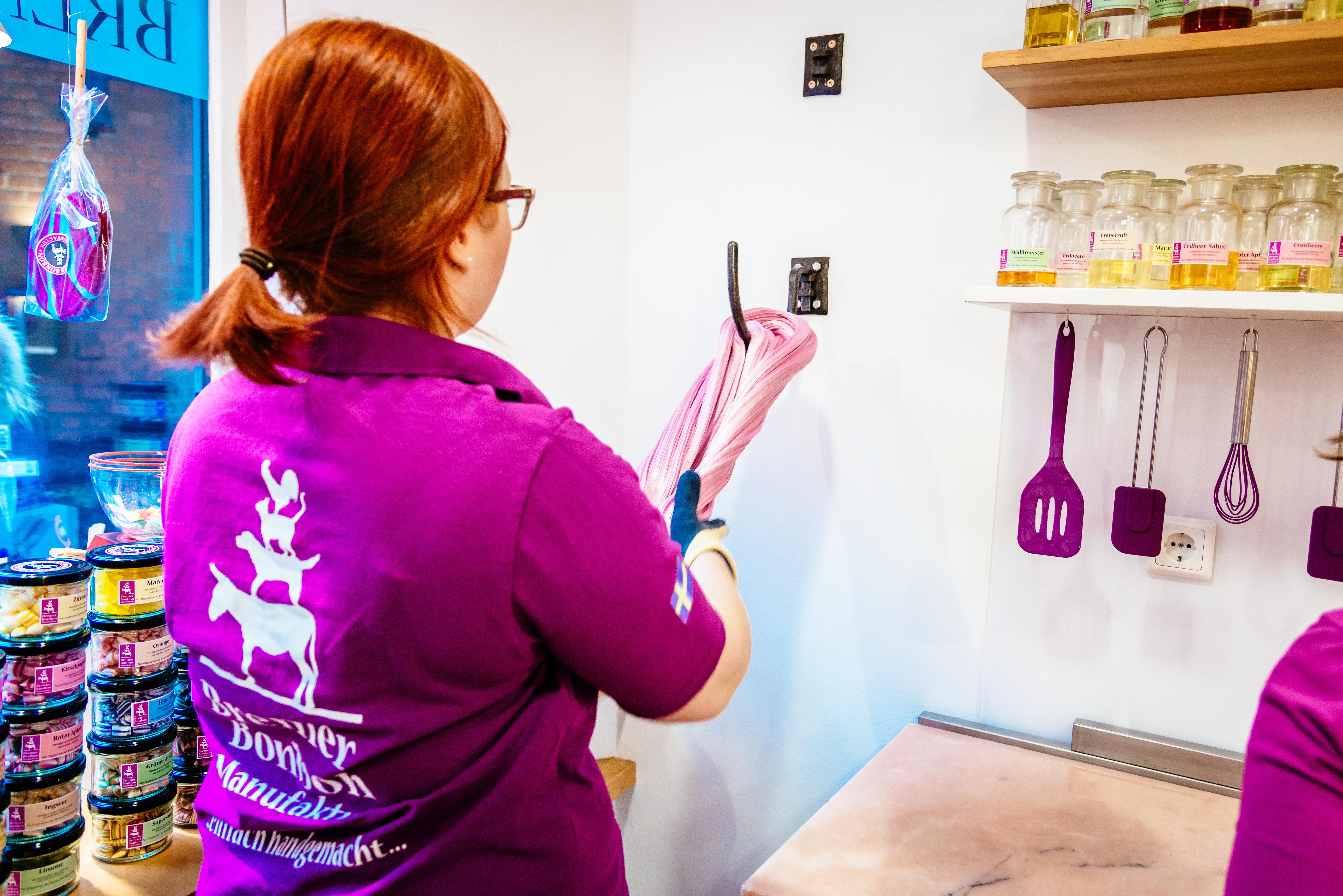 In der Bremer Bonbonmanufaktur kann man beobachten, wie die Zuckermasse für Bonbons und Zuckerstangen geknetet, geschleudert und in Form gebracht wird.
