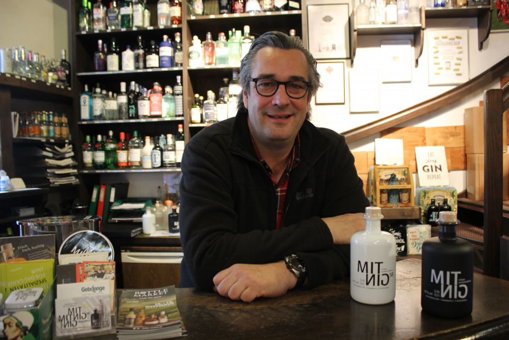 Ich wollte gerne einen Gin machen, der aus Bremen kommt, sagt Tim Kalbhenn, der am Schüsselkorb das Geschäft Julius Kalbhenn führt. (c) Insa Lohmann