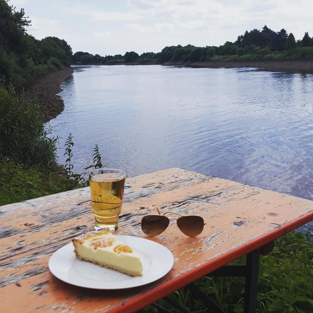 Einen herrlichen Blick auf die Weser genießt man im Café Weserbogen - Sonnenuntergänge inklusive. (c) Insa Lohmann