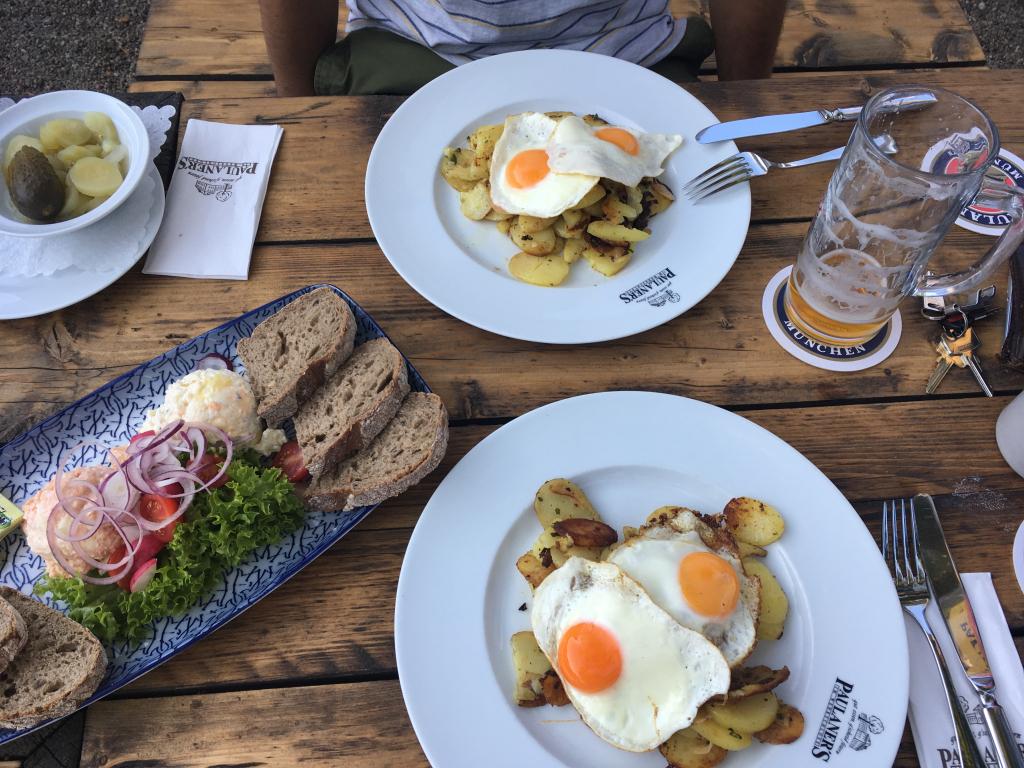 Im Paulaners im Wehrschloss trifft bayerisches Essen auf maritimes Flair. (c) Insa Lohmann