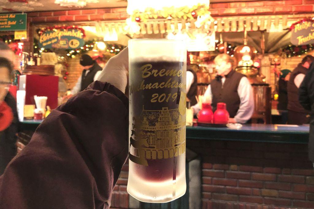 Der Original Bremer Kesselpunsch der Alten Destille wird aus über 100 Jahre alten Destillieranlagen ausgeschenkt (c) Insa Lohmann