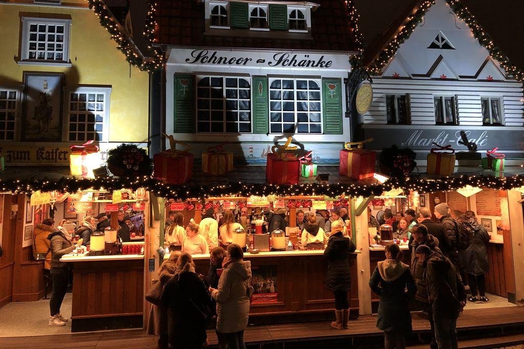 Die Schnoor-Schänke beim großen Weihnachtsbaum bietet auch drinnen ein paar Plätze zum Aufwärmen an (c) Insa Lohmann