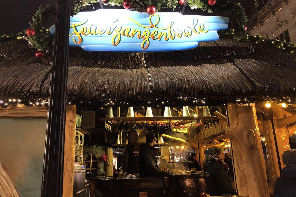 Für viele der Klassiker auf dem Bremer Weihnachtsmarkt - die Feuerzangenbowle vor der Handelskammer (c) Insa Lohmann