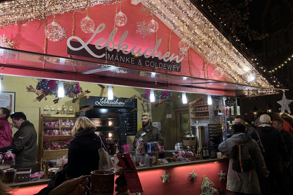 Neben leckeren Lebkuchen gibt es am Stand von Manke und Coldewey auch würzigen Glühwein (c) Insa Lohmann