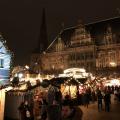 Rund um das Rathaus und den Roland erstreckt sich der Bremer Weihnachtsmarkt (c) Insa Lohmann