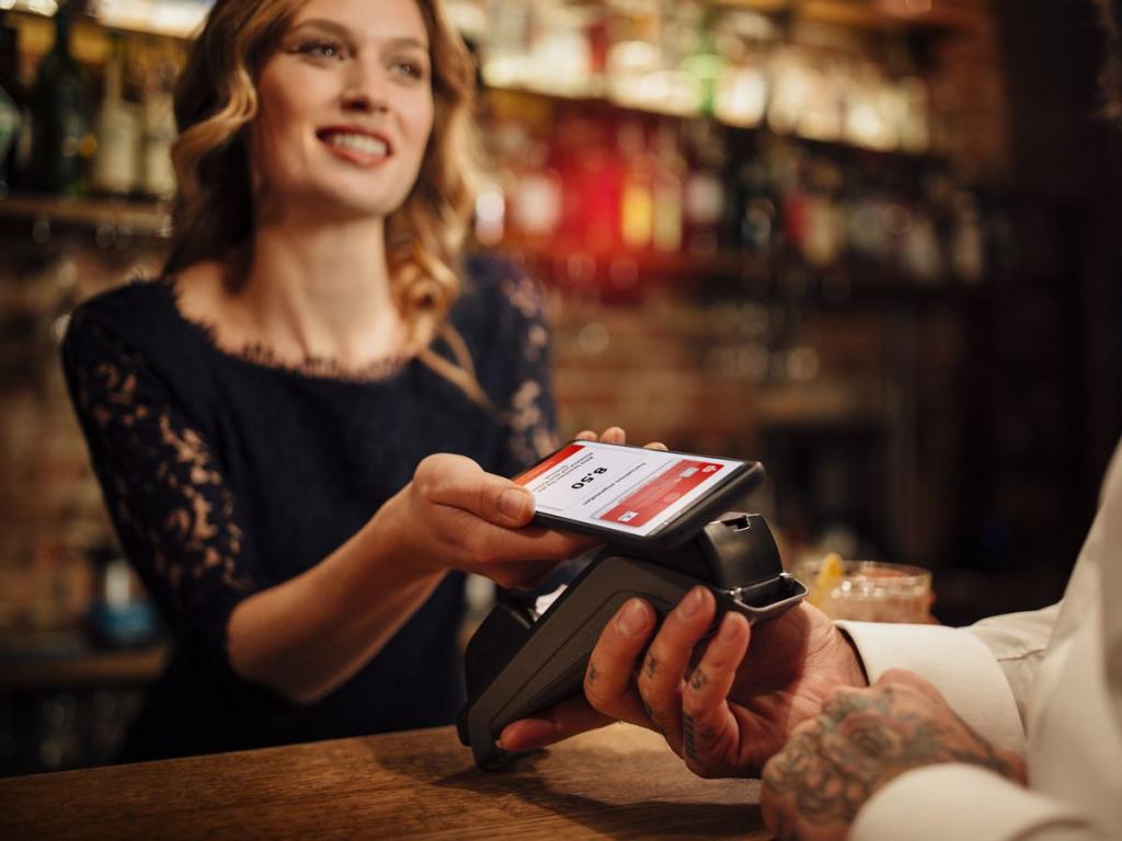 Das kontaktlose Bezahlen ist sowohl mit eurer Sparkassen-Card, der Kreditkarte, der Kreditkarte Basis (Debitkarte) und dem Smartphone möglich.